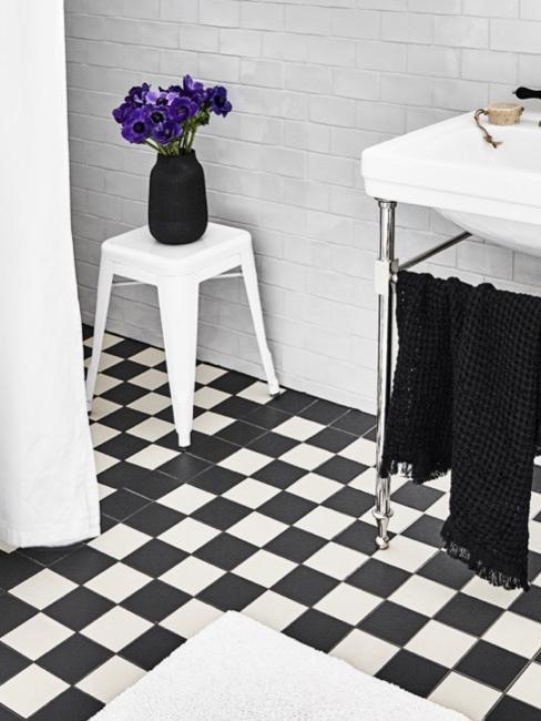 Biało-czarna łazienka z białą zasłoną prysznicową