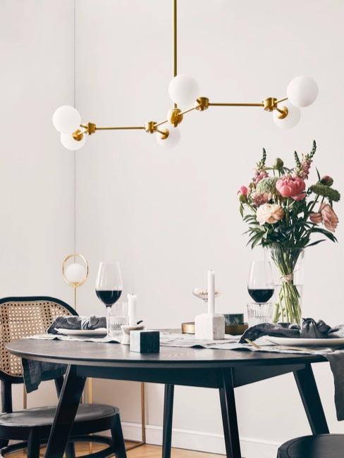 Mesa decorada con flores y vino