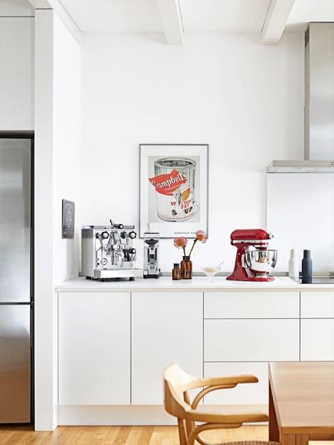 una cocina moderna blanca con un poster
