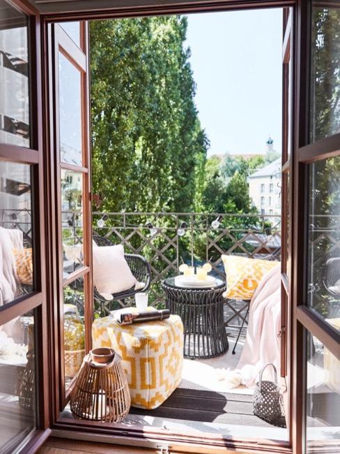 Portes ouvertes sur le balcon avec pouf jaune, meuble en bois fonce