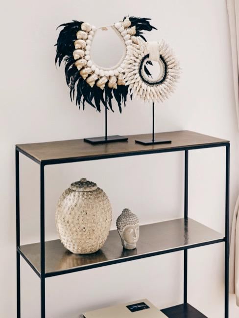 Wandkast met Aziatische objecten