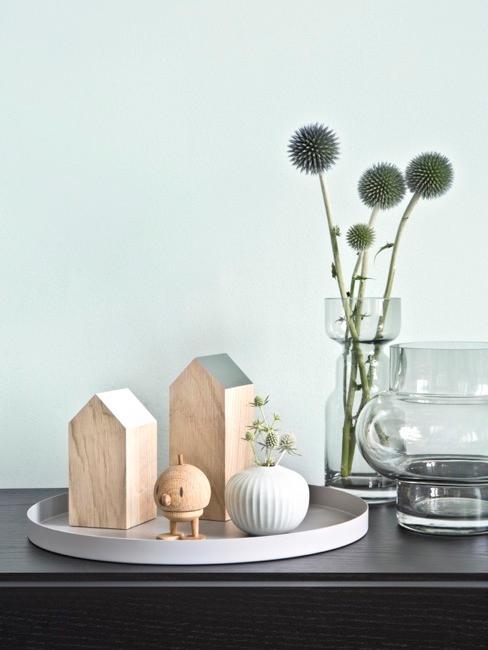 decoración de madera en forma de casas pequeñas, un jarrón con flores