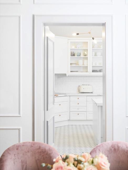 Eetkamer met zicht op grote keuken