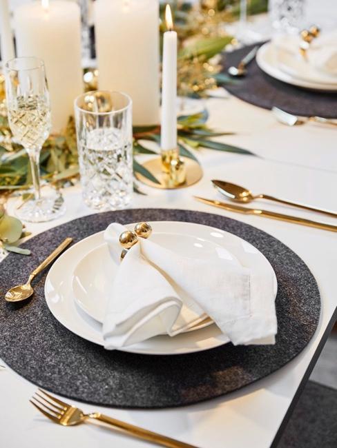 Decorazione tavola nuziale color crema