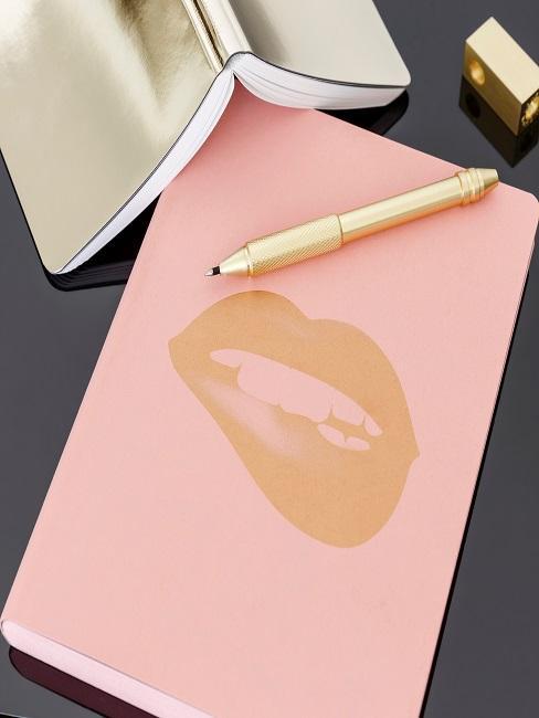 Bullet Journal auf dem Schreibtisch mit passendem Kugelschreiber