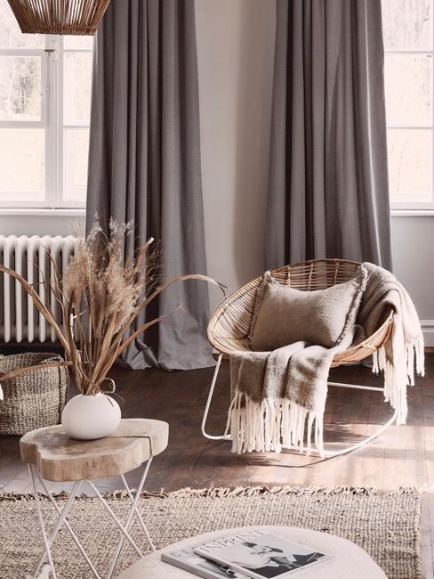 Salón con cortinas grises opacas y muebles rústicos en tonos beige
