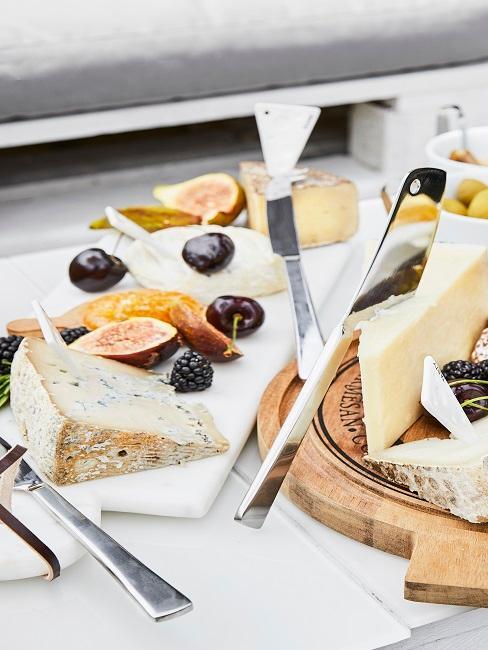 tabla de madera con quesos, e higos cortados