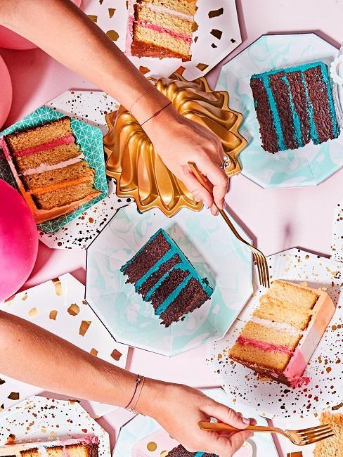 Dekoracja urodzinowa stołu z kawałkami tortu.