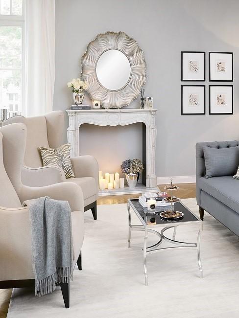 Cremefarbenes Kaminzimmer mit Sessel, Tisch, Sofa, Spiegel und Kerzen