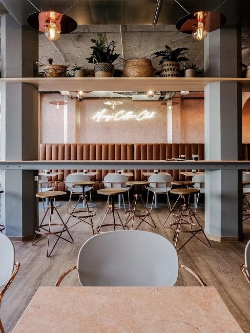 Esszimmer dekorieren Restaurant mit Hockern, hohen Stühlen und Leuchtschrift an der Wand