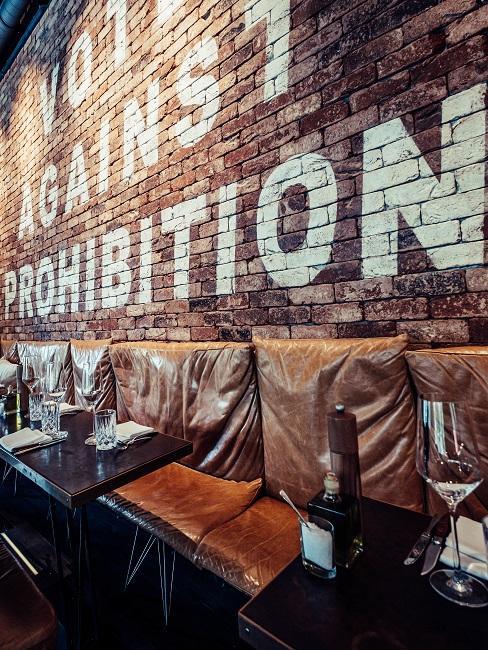 Restaurant La Bohème in München mit Wand-Schriftzug als Deko für den Essbereich