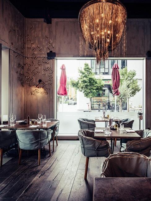 Restaurant La Bohème mit Schmetterlingen an der Wand als Deko im Essbereich