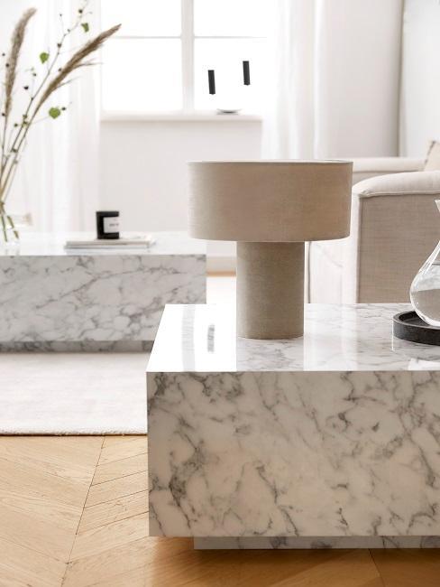 Weiße Marmortische in hellem Wohnzimmer mit Tischleute