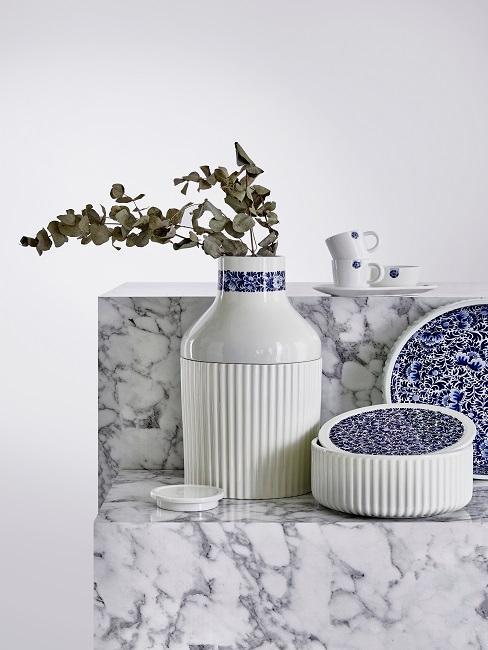 Tischgedeck in blau-weiß auf Marmorblöcken