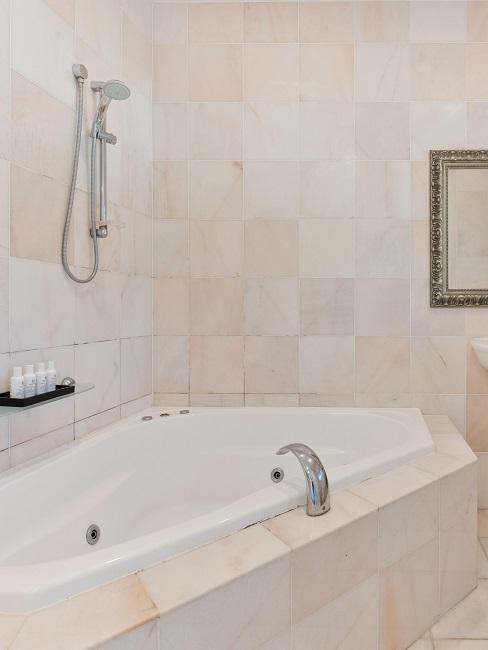 Badewanne im Luxusbadezimmer.