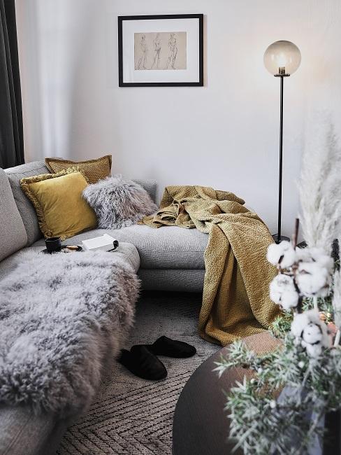 Großes Ecksofa mit cozy Kissen, einer Decke und einem Fell
