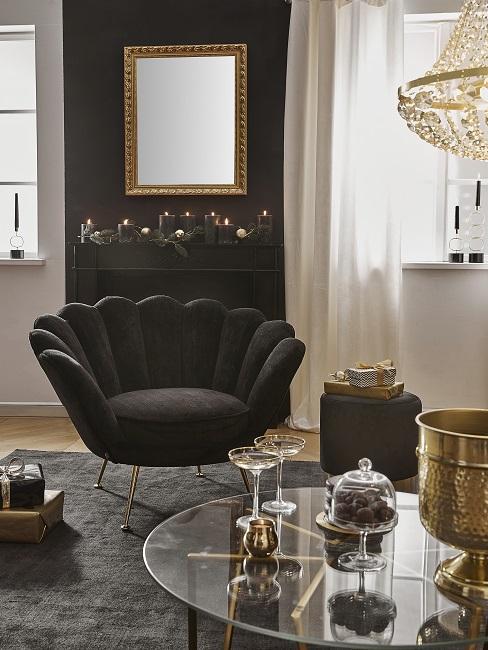 Luxus Wohnung einrichten schwarzer Muschelsessel nebem Couchtisch mit Champagnergläsern