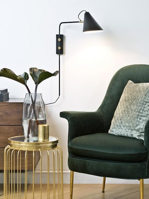 Mid Century modern grüner Sessel neben goldenem Beistelltisch und Kommode aus Holz