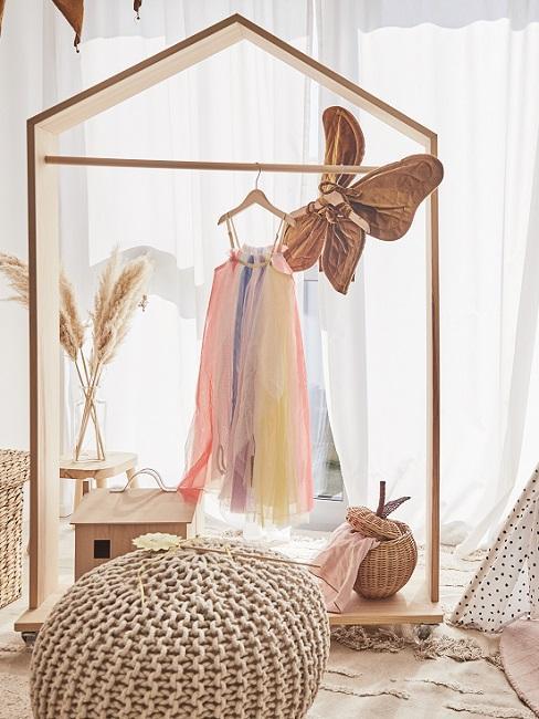 Design Kinderzimmer Garderobe mit Kleid