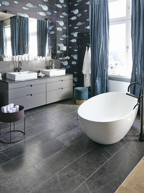 Designer Badezimmer dunkler Boden und maritime Wandgestaltung