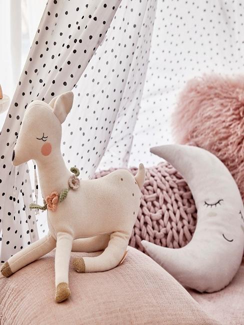 Tipi Kuschelzelt mit vielen Kissen in Rosa und einem Kuscheltier sowie einem Mond
