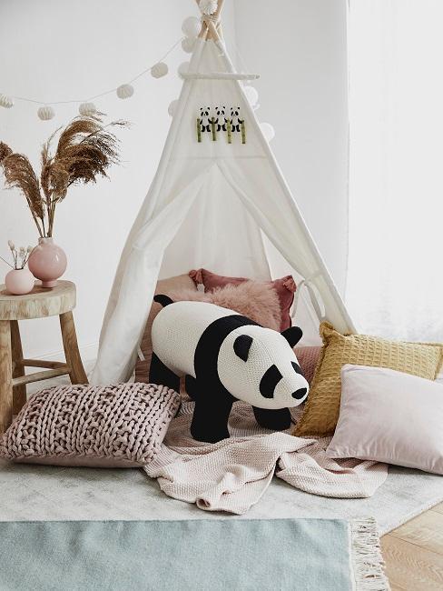 Weißes Tipi Zelt mit Lichterkette, vielen Kissen sowie einem XL Panda zum Spielen und Kuscheln