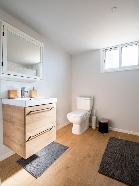 Modernes Badezimmer in Weiß und hellem Holz