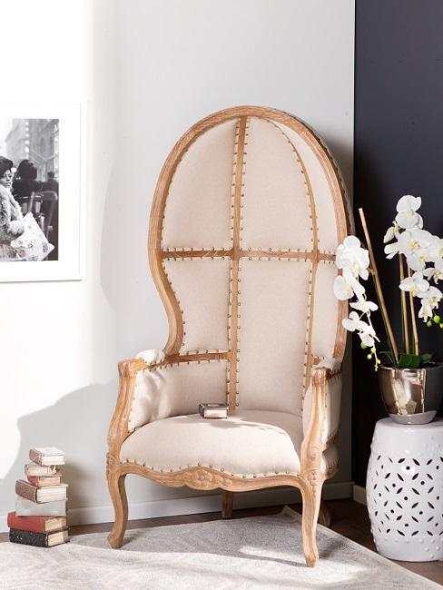 Cremefarbener Sessel im Vintage Stil neben Blumen