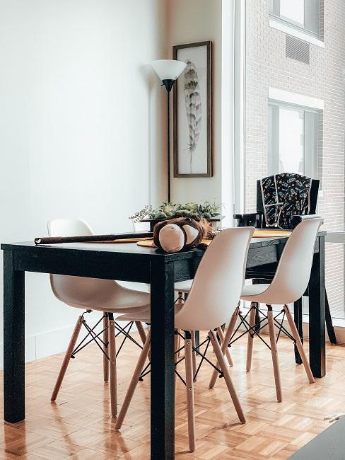 Designer Esszimer mit schwarzem Tisch und weißen Stühlen