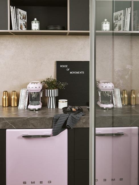 Dunkles Marmor in Küche mit hellem Lila