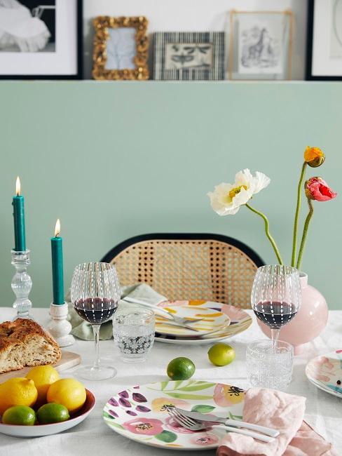 Tisch gedeckt in allen Sommerfarben 2020
