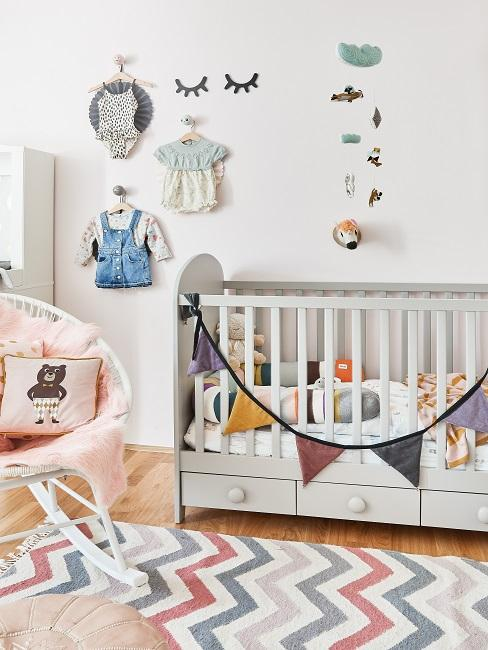 Babyzimmer im Scandi Style mit Wimpelkette und Wanddeko