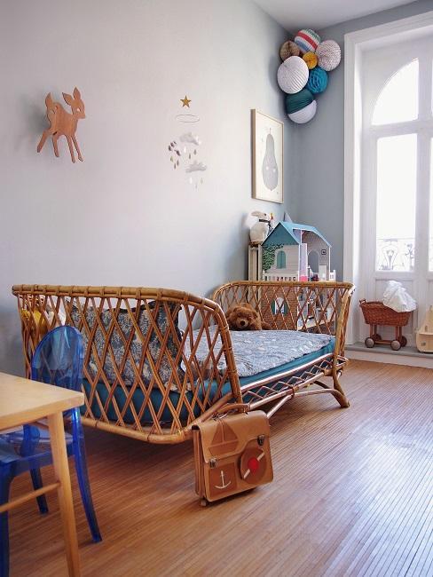Babyzimmer mit Holzbett und Wanddeko