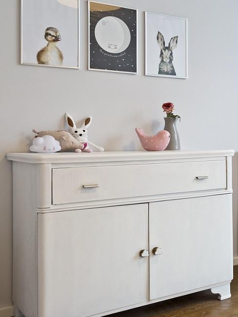 Bilder im Babyzimmer über Kommode