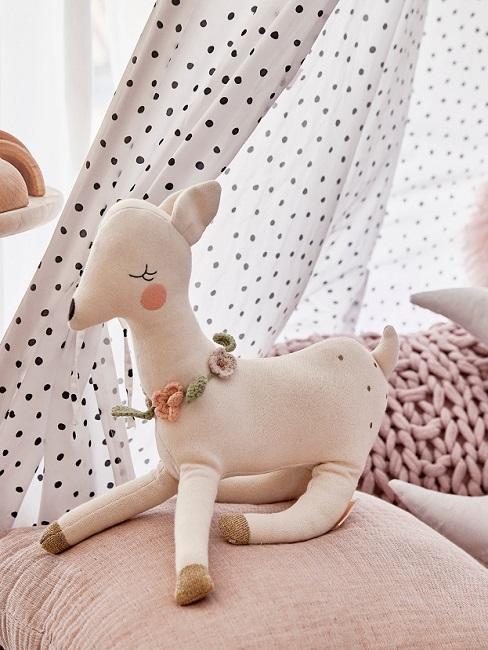 Kuscheltier auf rosa Kissen im Babyzimmer für Mädchen