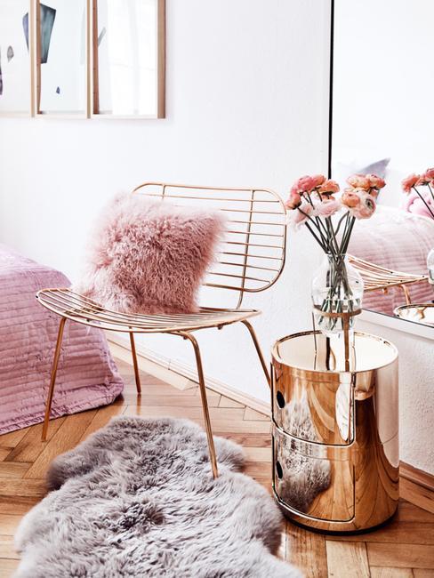 Dormitorio con motivos decorativos en dorado, rosa y bronce