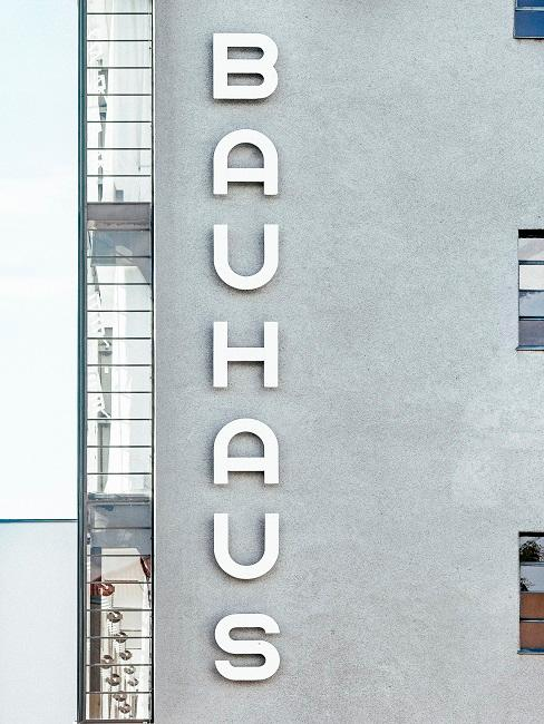 Fachada industrial gris con inscripción Bauhaus en blanco
