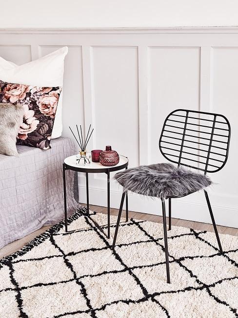 salón con una alfombra beige a cuadros, una silla negra