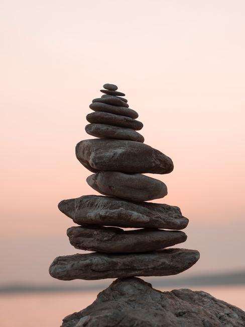 Piedras apiladas en perfecto equilibrio