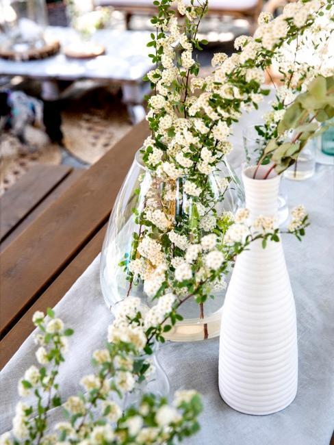 jarrónes blancos con ramas de primavera