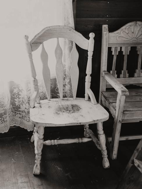 Foto en blanco y negro de sillas antiguas algo destartaladas