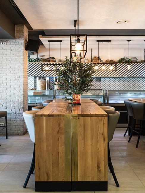 Isla de cocina de madera en un café