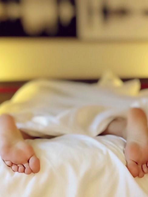 pies en una cama