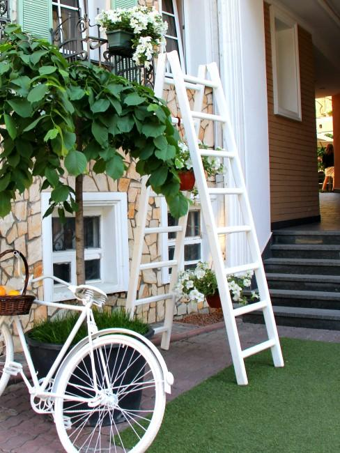 escalera decorativa y bici blanca