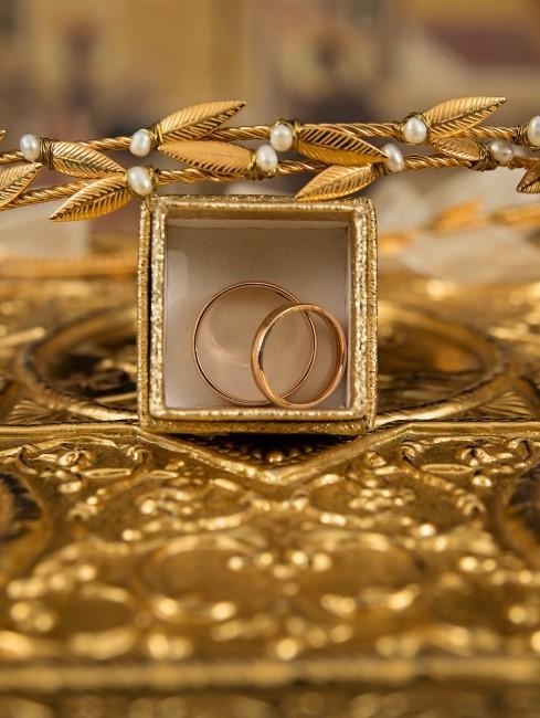 caja con anillos de boda