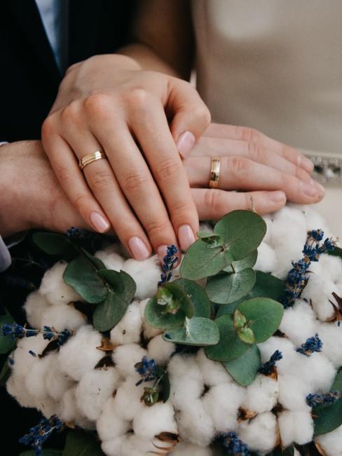 manos con anillos de boda