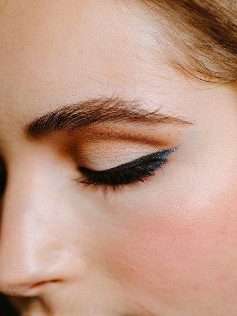 mujer maquillada con eyeliner