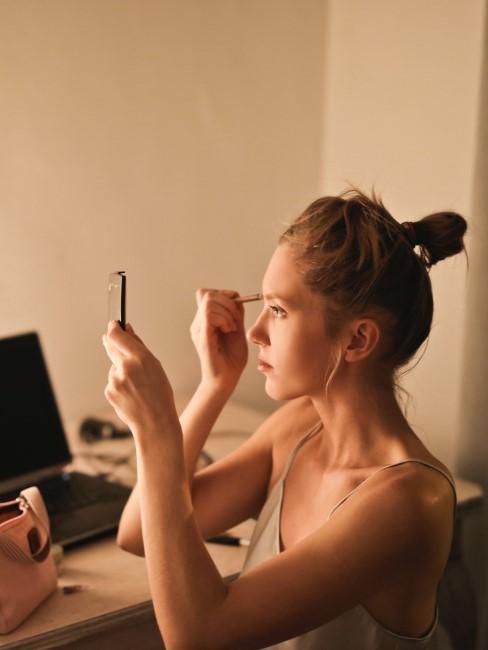 mujer maquillandose con eyeliner