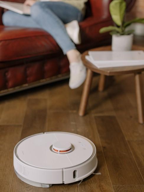 robot limpiando el salón