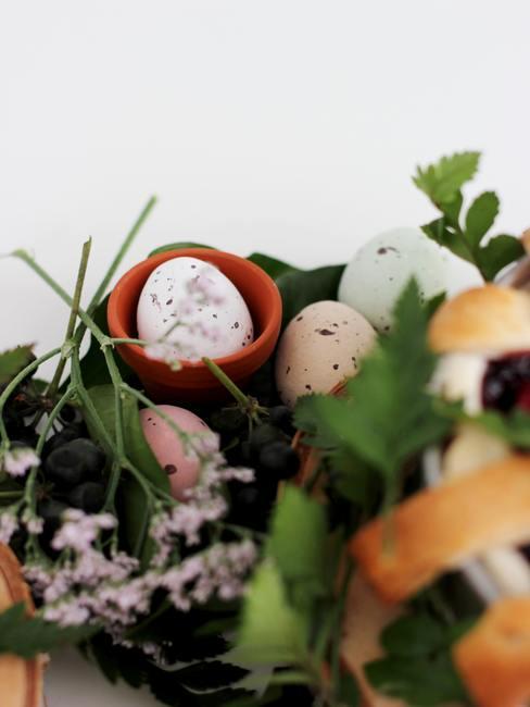 Oeufs de pâques cachés dans fleurs